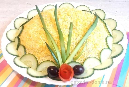 Вкусный и красивый салат мимоза с сайрой и сливочным маслом