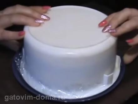 Перевернутая миска с тарелкой для салата
