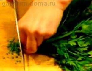 Нарезка зелени для рулета мимоза с сайрой