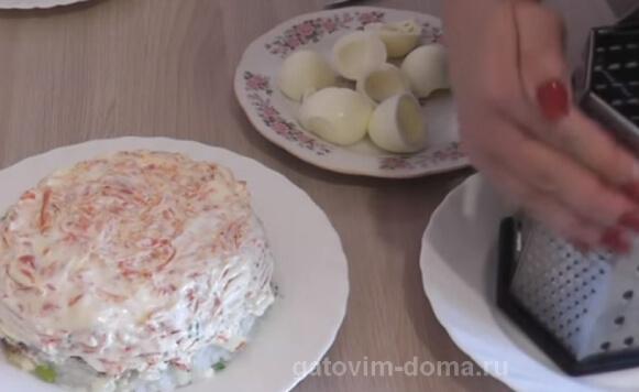 Натираем вареные яйца в салат мимоза с рисом