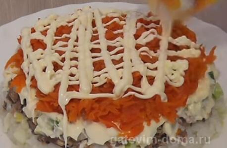 Слой натертой вареной морковки в майонезе