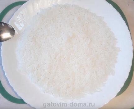 Слой отварного риса на салат мимоза с маслом