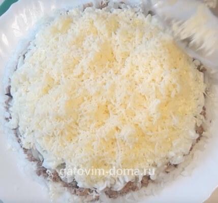 Натертый твердый сыр на салат мимоза с сайрой и маслом