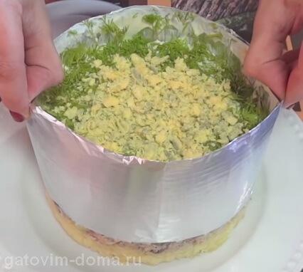Убираем сервировочное кольцо со слоеного салата