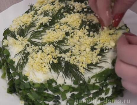 Украшение салата мимоза укропом и желтками