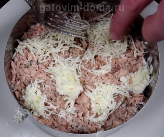Натертое сливочное масло для приготовления салата мимоза с горбушей