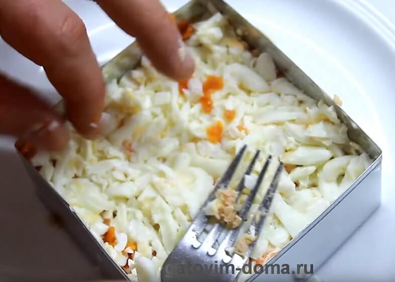 Слой натертого яичного белка для салата мимоза