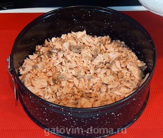 Первый слой вареной горбуши для создания салата мимоза