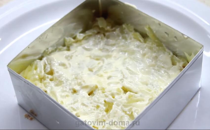 Слой заправленного картофеля в формовочном кольце для салата