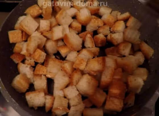 Жареный белый хлеб на сковородке
