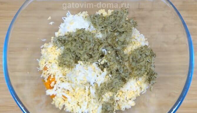 Вареная морковка с яйцами и огурцами в глубокой меске