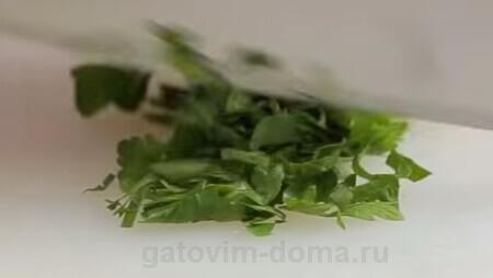 Нарезка зеленой петрушки для добавления в салат
