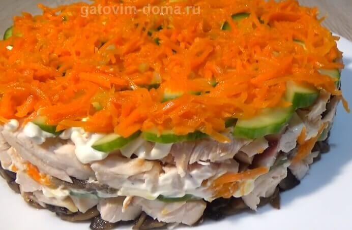 Не украшенный слоеный салат Обжорка с шампиньонами