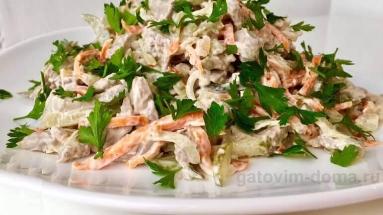 Как вкусно сделать салат Обжорка со свининой и солеными огурцами
