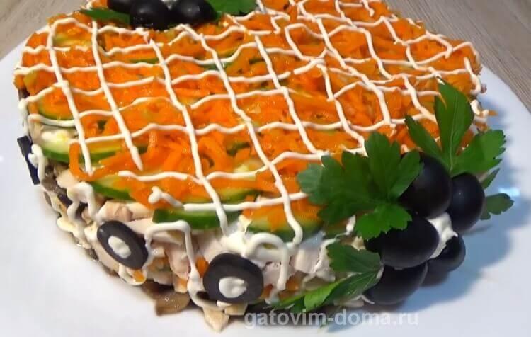 Как приготовить красивый салат Обжорка с грибами для праздничного стола
