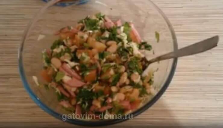 Готовим простой салат Обжорка с колбасой