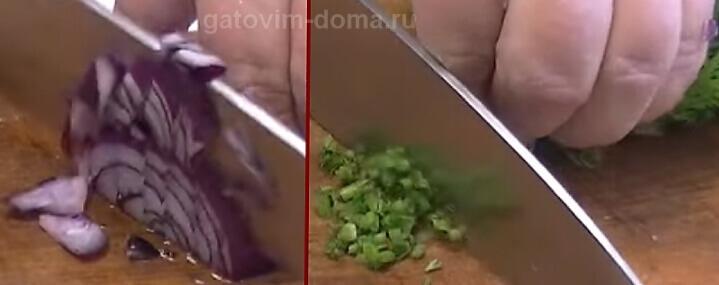 Нарезаем красный лук и зелень для салата обжорка