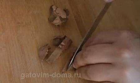 Как нарезать отварную куриную печень для салата Обжорка