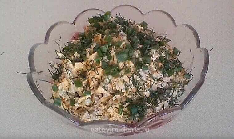 Рецепт очень сытного салата Обжорка с курицей и яичными блинами