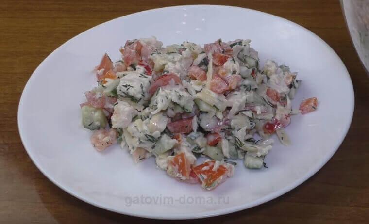 Пошаговый рецепт приготовления салата Обжорка с курицей и помидорами
