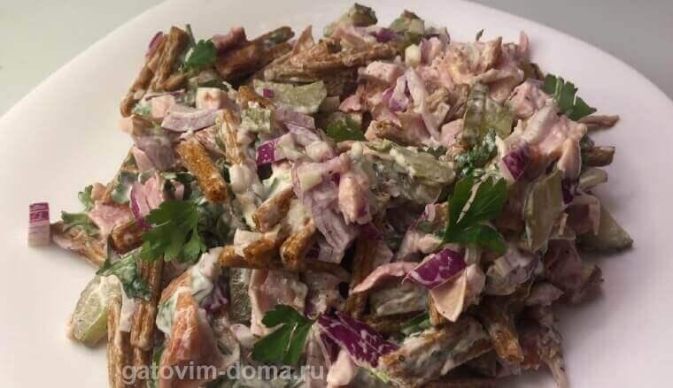 Как готовить салат Обжорка с курицей и сухариками