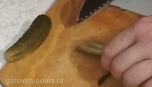 Разрезаем зеленый огурец на небольшие кубики