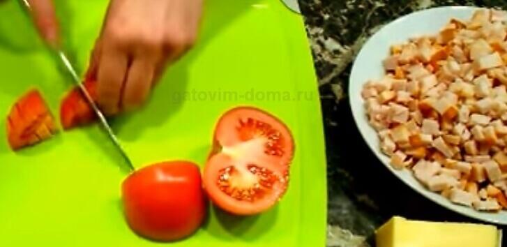 Нарезаем красные помидоры для салата обжорка