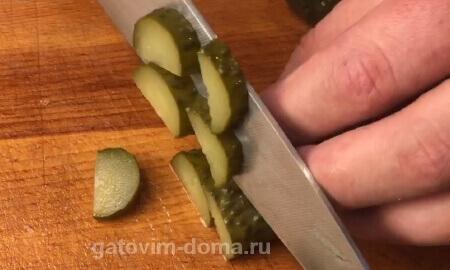 Нарезаем зеленый огурец на большие дольки