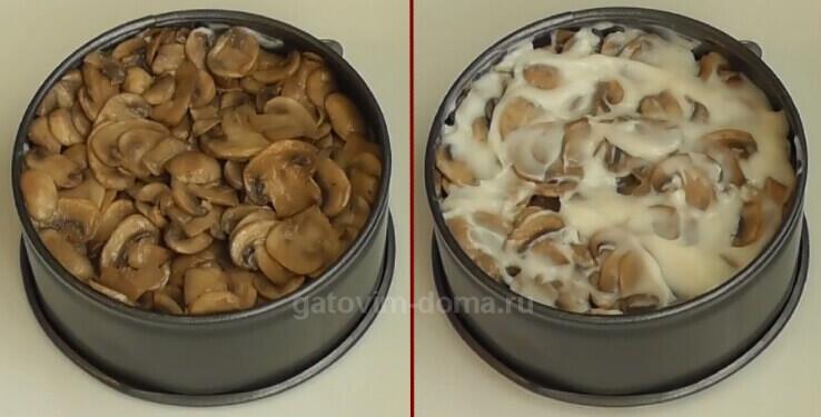 Слой грибов в формовочном кольце для салата