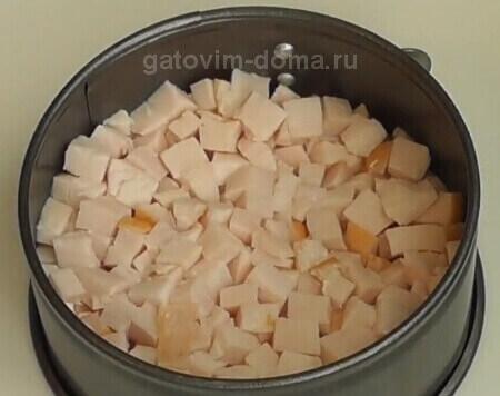 Слой нарезанного на кубики мяса курицы в формовочном кольце