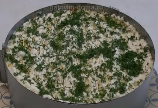 Небольшой слой зелени для слоеного салата
