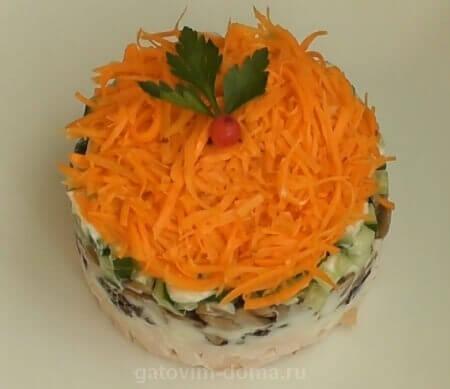 Украшаем слоеный салат Обжорка морковкой и зеленью