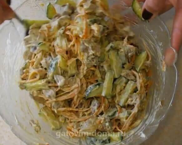 Заправляем и перемешиваем салат Обжорка