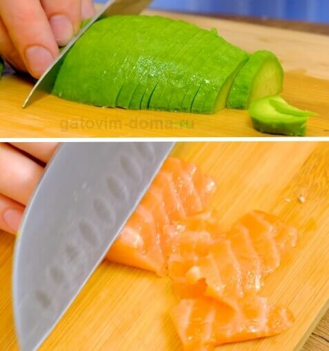 Нарезаем авокадо и красную рыбу для приготовления новогоднего салата