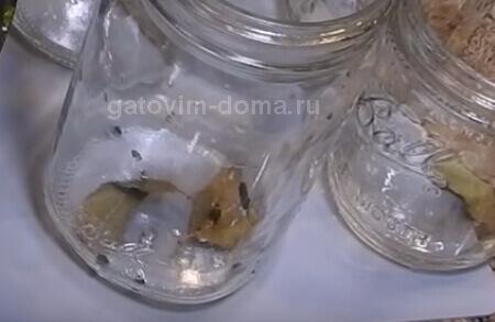 Лавровый лист и перчик горошком в стеклянной банке