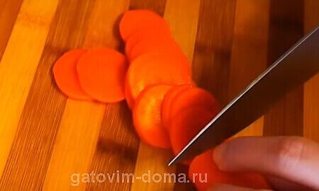 Нарезаем морковку кольцами для создания салата новогодние куранты