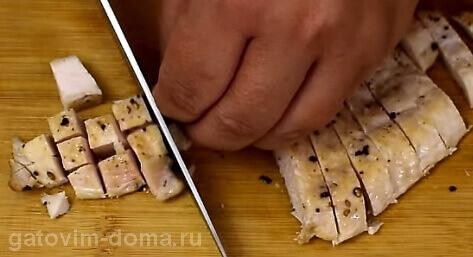 Небольшими кубиками нарезаем обжаренную куринную грудку