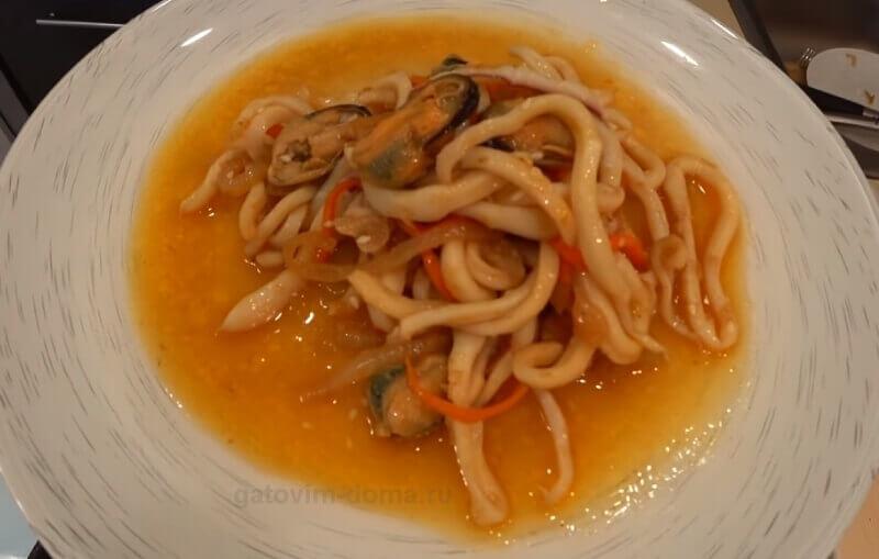 Пошаговый рецепт нового оригинального салата с кальмарами на новый год