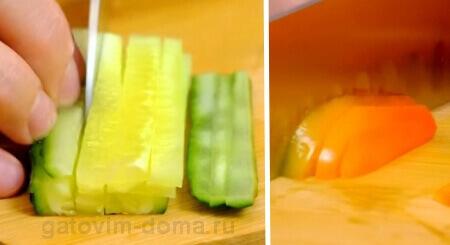 Нарезка соломкой зеленого огурца и сладкого болгарского перца