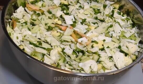 Тщательно перемешанная масса ингредиентов для салата на зиму