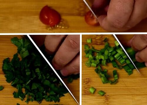 Разрезаем в салатик помидоры черри с луком и петрушкой
