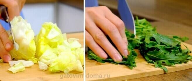 Разрезаем рукколу и айсберг для приготовления салатной смеси