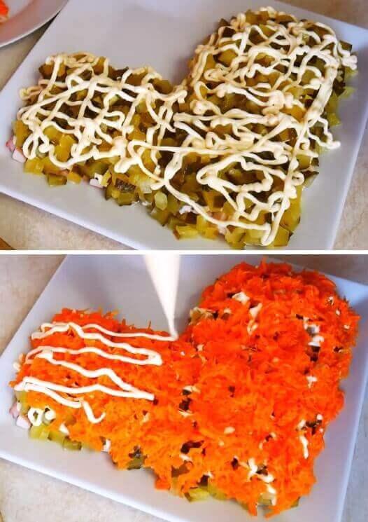 Слой маринованных огурцов и натертой морковки для салата сапожок