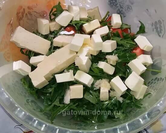 Добавляем сырки в простой салат к новогоднему столу