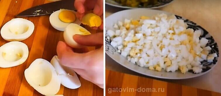 Разрезаем куриные желтки и белки для приготовления салатика к новому году