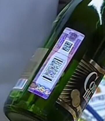 Специальная федеральная акцизная марка на бутылке шампанского в магазине