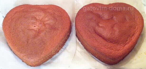 Испекший бисквит в форме сердца для создания красивого тортика