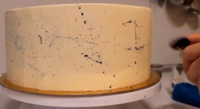 Кисточкой наносим брызги красителя на бока торта