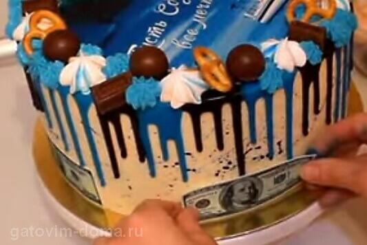 Клеем сто долларовые купюры на бока торта в качестве украшения