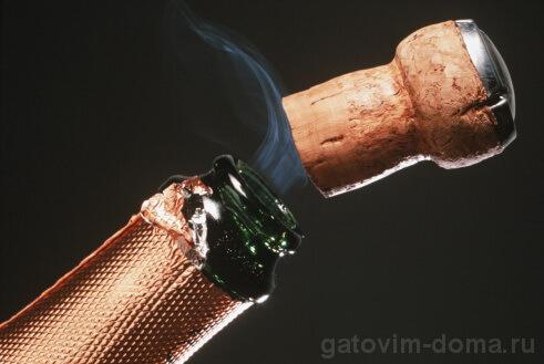 Белый дымок при открытии настоящего качественного шампанского с корковой пробкой